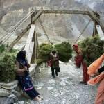 Einheimische Frauen tragen Gras für das Vieh nach Hause
