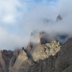 Zerklüftete Felsen im Morgennebel